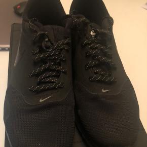 Nike air max tavas i sort med super fede sølv detaljer på sål og snørebånd!