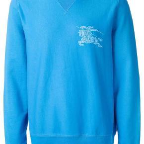 Varetype: Sweatshirt Farve: Lysblå Oprindelig købspris: 1500 kr.  Behagelig sweater i friske farver fra Burberry sælges da den ikke står til min stil. Trøjen har aldrig vært i brug og står derfor som ny. Giv et bud
