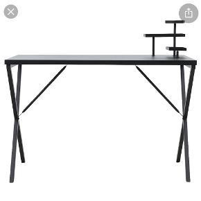 Fedt House doctor skrivebord i sortlakeret metal med 3 metal opsatser i forskellige højder. Her er der plads til clips, blokke, kuglepenne eller andre ting, som er rare at have ved hånden på arbejdsbordet. Du kan også bruge opsatserne til små fine opstillinger med små nips, en lille vase med friske blomster eller en lille glaskrukke.   Mål: Længde: 120 cm Bredde: 60 cm Højde: 74/98