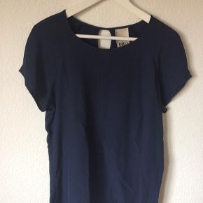 Philosophy blues original - t-shirt Str. 40 Næsten som ny Farve: blå Lavet af: 100% viscose Mål: Brystvidde: 104 cm hele vejen rundt Længde: 70 cm Køber betaler Porto!  >ER ÅBEN FOR BUD<  •Se også mine andre annoncer•  BYTTER IKKE!