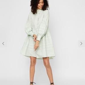 Y.A.S Nellie kjole i mint grøn. Aldrig brugt. Mærke er dog taget ud, men bon haves stadig. Jeg er normalt en small, men blusen er en smule lille i størrelsen, hvorfor den er købt i medium.