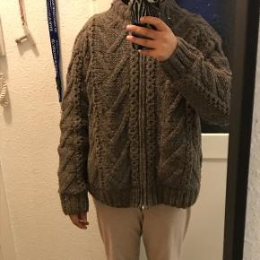 Flot beige strik i lynlås. Den er meget tyk og varm.  I 100% håndlavet uld udvendigt med polyester lining indvendigt (billede 3)
