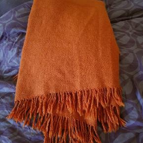 Dejlig varmt dyb orange uld plaid, også perfekt til at sidde på til picnic. Ingen skader som sådan, men det er 100% uld så det er da blevet lidt nulret, men det ser man kun hvis man kigger efter det. Alle frynser er intakt ingen misfarvninger eller lignende😊