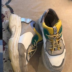 Sælger mine Bronx sneakers da jeg desværre ikke får brugt dem nok længere. De har været brugt så der er selvfølgelig noget slid 🥰men stadig nogle der kan bruges i lang tid endnj