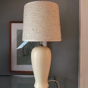 gul/æggeskal/elfenbensfarvet rillet vintage lampe med messingtop fra ILVA.  To bitte små nag ved standflade ellers fin stand. 34 cm inkl. fatning. 200kr Retroskærm i hessian tilkøbes for 100 kr. Sælges kun sammen med lampen.    #gullampe #rilletlampe #retrolampe #vintagelampe #80erlampe #bordlampe #vintagelampefod #vintagebordlampe #indretning #belysning #lampe