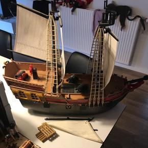 Playmobil pirat skibe og hule. Mange ekstra dele. Kan ikke garantere alt er der. Men alt er funktionel.