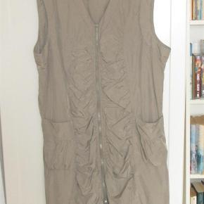 Smart kjole/spencer med lynlås hele vejen ned foran, balloneffekt og klædeligt snit. Gør sig godt med f.eks. en sort, langærmet bluse under. 100% polyester.  Bryst: op til 2 x 63 cm, længde ca. 100 cm.  JEG BETALER FORSENDELSEN!  Smart kjole/spencer med balloneffekt Farve: Lys khaki-agtig
