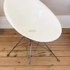 6 EroS stole, designet af Philippe Starck for Kartell, sælges samlet for 4000 kr.   4 hvide stole med alm. ben og 2 sorte med hjul.   800 pr. stk.  Fremstår pæne men med enkelte brugspor. Du er velkommen til at komme forbi og se stolene - bor i Roskilde bymidte.  Mål: Højde 79 cm Bredde 62 cm Dybde 70 cm Siddehøjde 46 cm