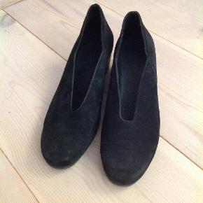 Dejlige, pæne og behagelige sko fra Arche. Med en lav hæl. Rigtig fine til kjole og nederdel. Brugt få gange. Pris fra ny 800kr