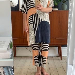 Så fint silkesæt brugt sparsomt. Vasket et par gange i hånden. Der står str. XS i bukserne og str. XS/S i kjolen men de er begge ret store i størrelsen. Jeg bruger normalt enten str. 36 eller str. 38 hvis jeg vil have det lidt oversized.  OBS: SÆLGES KUN SAMLET for 1000,-