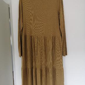 Soft Rebels kjole str. L, ny og ubrugt. Farve. Gylden, flot efterårsfarver.  Nypris. 599kr Sender gerne med Dao