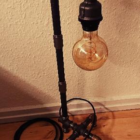 Rør lampe   1 STK 549,- 2 stk 899,- med messing fødder   Ca 170 cm sort stof ledning.  Længde H = 60 cm. (Uden pære)  Forsendelse er inkluderet i prisen. (Pakkeshop til pakkeshop)