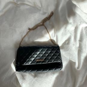 Flot og rummelig Love Moschino taske. Ingen synligt slid :))  BYD :D