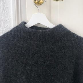 Mørkegrå Mohair Strik fra H&M. Helt som ny og i pæn stand. XS men passer en S. Oversize i størrelsen.