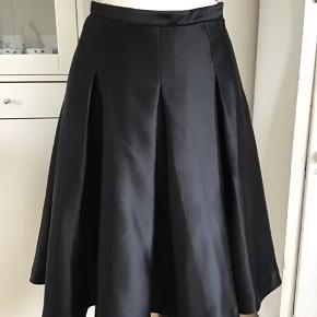 Smuk og fyldig nederdel med to lag tyl under. I blankt stof. Skjult lynlås i siden. Rå syet kant i taljen.  #secondchancesummer