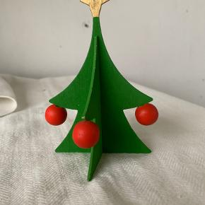 Små juletræer i træ. Man kan sætte en stop op i toppen så de kan hænge. Højde 12 cm og diameter 7 cm. Samlet pris kr 35