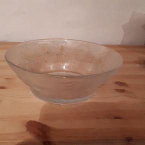 Glas skål med blomster. 22 cm i diameter og 8 cm høj. Flot stand uden skår eller revner. Porto 37 kr