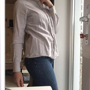 Skjorte fra det polske mærke mohito. Perfekt stand! I grå/lilla farve