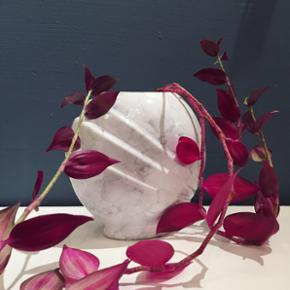 Fed vase med marmoreret mønster 🌸🌺💖🖤 Vasen pryder både med og uden dusk 💐 Lavet i fajance og i en fin art deco-stil 💫 H19 B19 cm. Swipe for flere billeder.