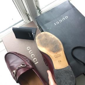 Gucci loafers SS16. Købt i outlet for 250 EUR i sommeren 2017. Skoene siger 7 1/2, men svarer til en 43. Indvendig sål måler ca. 28 cm - med mulighed for yderligere 0.5-1 cm, når skoene bliver gået til. De trænger til at blive forsålet. Alt medfølger.