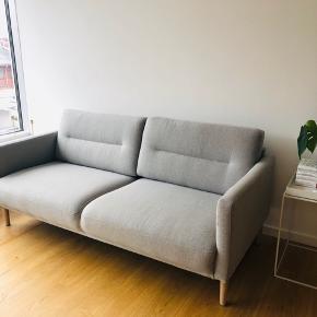 Ny 2 1/2 personers sofa fra ILVA i Hampton 370 antracite stof. Få måneder gammel. Leveret midt juni 2019. Kvittering haves. Nypris 5500 kr. Længde: 175 cm Bredde/dybde: 86 cm Højde: 79 cm  Vægt 46 kg.