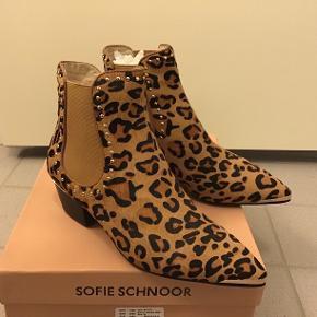 Helt nye Sofie Schnoor støvler, hæl måler 4,5 cm.  Venligst ingen skambud, tak😉