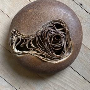 Fin dekorativ keramik.  Med enkelte skader på det tynde keramik inden i.