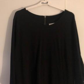 Skøn kjole med frynser bagpå samt bagpå ærmer. Desværre for lille til mig.  Omkreds bryst 120 cm udstrakt Fuld længde 100 cm 88 % rayon, 10 % polyester, 2 % elastan  Bytter ikke...