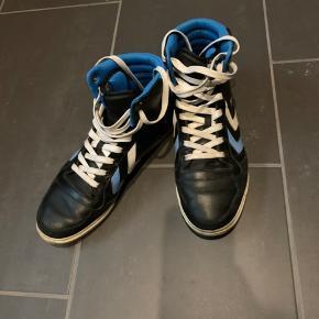 Sneakers fra Hummel str 44. Brugt men pæne.  Køber betaler Porto.