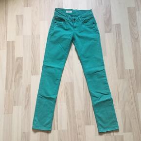 Flotte jeans i turkis i str. 25W/L30. Den oprindelige pris var 250 kr, og de er kun brugt få gange, fejler bestemt intet og er sat til en god pris!🌼