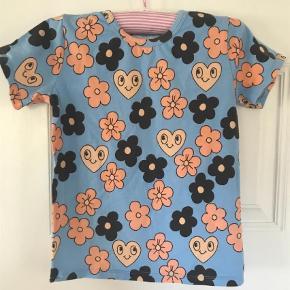 Varetype: T-shirt Farve: Lys Blå Oprindelig købspris: 200 kr.  Super cool T-Shirt fra mini Rodini, det er organic cotton, så den kan godt se lidt vaske ud. Har taget billede af det og en mini mini plet. Brugt 3 gange.