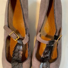 Superflotte og elegante sko helt igennem i skind med fine detaljer.  Den indvendige længde er 24,5 cm, hælen er 6 cm høj, det bredeste sted er 8 cm  Bud fra kr 900 plus porto  Kan afhentes København Østerbro  Bytter ikke