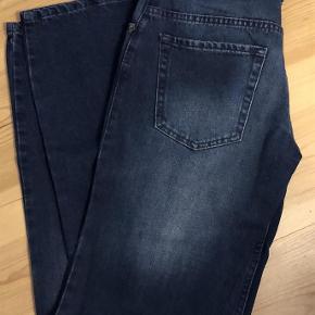 """Kraftig denim - Dessin: 1878 overdryed blue   PS farven svær at gengive på foto - er lysere  Størrelse 30""""/32""""  Cowboybukser - jeans Farve: Mørkeblå denim Oprindelig købspris: 750 kr."""