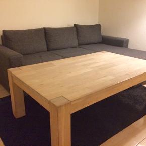 Massivt, sæbebehandlet egetræs sofabord. Fremstår pænt men trænger til slibning. Mål: 140 x 80 x 52 cm