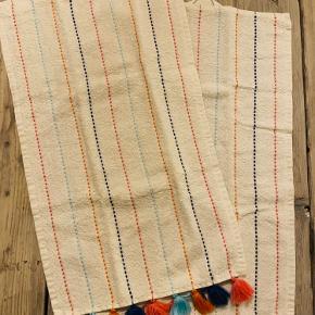 2 stk hvide håndklæder med forskellige farver striber samt frynser forneden  Str 30 X 50 cm  Prisen er for begge