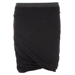 Rigtig flot nederdel, som ikke er brugt meget. Den er svær at tage billede af, så der er også et fra nettet. Jeg kan desværre ikke huske nypris