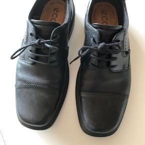 Flotte pæne sorte sko fra Ecco i str. 42. Med god sål og støtte. Brugt meget lidt (koncert outfit) og kun indendørs. Nypris kr. 1.100,- Sælges for kr. 250,- afhentet i Odense S eller sendes mod betaling af Porto kr. 49,- Betaling via mobilpay ellers lægges gebyr oveni.