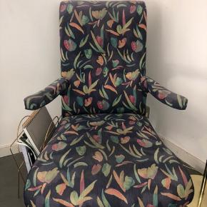 Lav lænestol med flot blomsteragtig multifarvet mønster. God at sidde i, men en smule lav. Er brugt, men i god stand på nær nogle brugsspor ved armlænene og lidt falmet stof (se billeder)