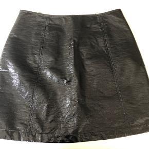 Fin nederdel som jeg har købt herinde, men den er ikke kommet i brug Længde 47 cm Liv 80 cm