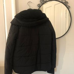 ZADIG & VOLTAIRE VINTERJAKKE🐻  NYPRIS: 3800kr  Sælger den her lækre og varme vinterjakke i en størrelse S💕  Det er en faux fur jakke og er helt perfekt her til vintertiden - den sælges da jeg flytter og ikke kan ha' alt med🦋  Den fitter som på billede - hvis man er en 34 vil den dog sidde lidt mere oversize! Har dog fjernet den faux fur krave, så den følger ikke med💙  HURTIG HANDEL, har sat prisen lavt og den kan sendes allerede i aften/morgen🦋