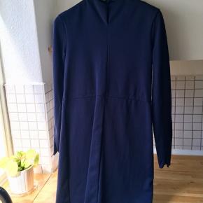 Varetype: Andet Farve: Blå Oprindelig købspris: 690 kr. Prisen angivet er inklusiv forsendelse.  Smuk og behagelig kjole