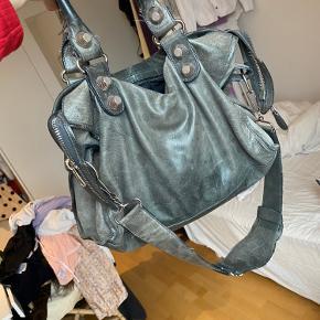 Overvejer at sælge min Balenciaga taske, da jeg bruger den sparsomt. Sælges kun hvis rette bud opnås. Den er brugt en del, men fremstår stadig smuk.