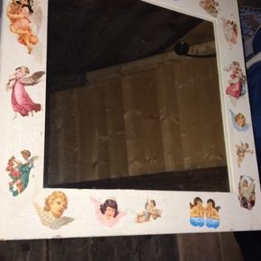 Flot kvadratisk spejl med fine romantiske glansbillede motiver. Mål: 59x59cm Klar til at hænge op.