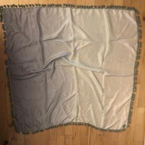 Helt nyt silke tørklæde der starter med lys mint og bliver mørkere til petrol  Med små pompom aldrig brugt 100% silke    L3  #30dayssellout
