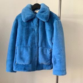 Smuk, blå pelsjakke fra H&M sælges  Nypris 699, kom med et bud!