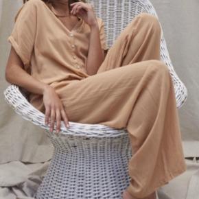 """Skøn bukserdragt fra Rabens Saloner. Den er baggy i modelle, og har snøre i livet. 100% Rayon. Stadig i butikkerne. OBS at min er """"faded black""""  BUD ER VELKOMNE! 😊"""