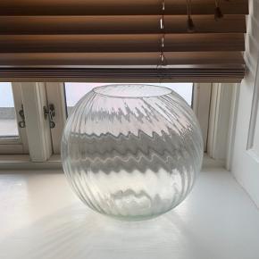 Stor rund glasvase med swirl