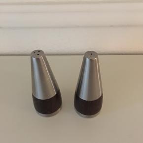 Meget flot salt og pebersæt i rustfri stål og palisander sælges samlet for 150 kr. Højde 10,5 cm🌸 Se også mine andre spændende annoncer🌸