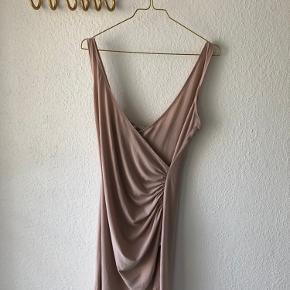 Virkelig flot kjole i nude - sidder så flot, men jeg er desværre blevet for tyk 🙄