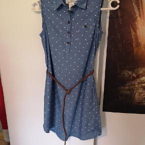 Flot skjortekjole, kan bruges med eller uden bælte. Der er lommer i kjolen Brugt få gange